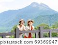 一名年轻妇女和一位朋友在一次女孩旅行中与尤夫达克合影留念[9月] 69369947
