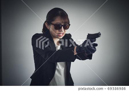 一個女人拿著槍 69386986