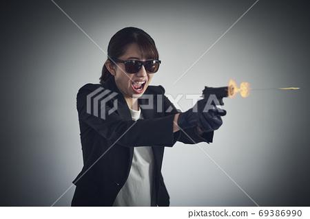 一個女人拿著槍 69386990