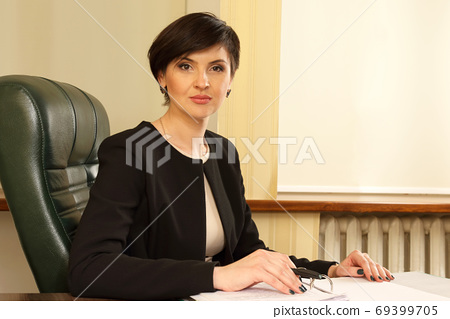 successful business woman in the office 69399705
