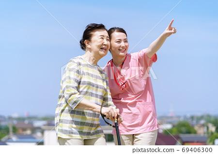 高級婦女,照顧者,拐杖,藍天 69406300