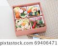 松菇飯和烤牛肉的午餐 69406471