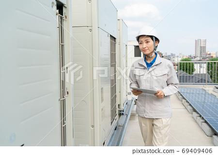 女工檢查室外機 69409406