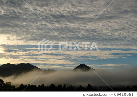 Morning glow and sea of clouds 69410061