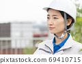 在建築行業工作的女工 69410715
