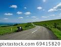 Touring bike traveling on a highland ranch (Kamishihoro, Hokkaido) 69415820