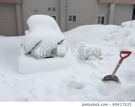 埋在雪中的汽车 69417835