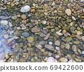 卵石在平靜的水中 69422600