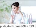 마스크에 대한 피부염을 신경 쓰고 거울을 보면 젊은 여성 69422993