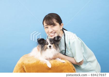 빠삐용 미소 짓는 여성 수의사 69427697