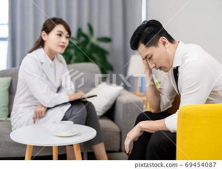 Psychologist see her patient 69454087