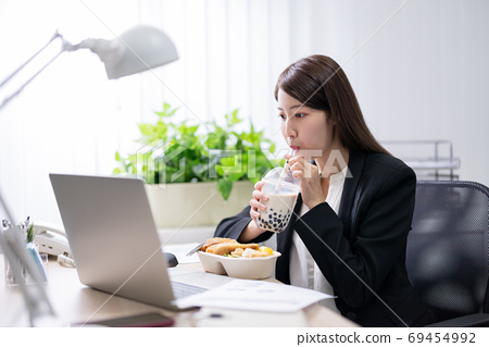 woman eat lunch and work 69454992