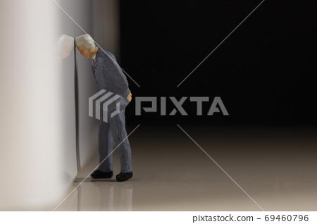 벽에 머리를 붙이는 사업 69460796