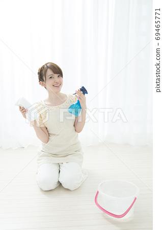 바닥 청소를하는 여성 69465771