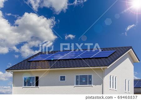 에코 주택 및 태양 광 패널과 푸른 하늘 _ 역광 버전 69468837