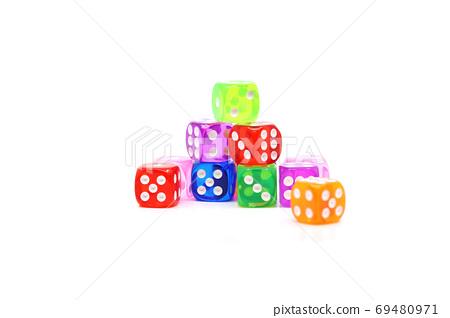 在白色背景上的不同彩色的骰子 69480971