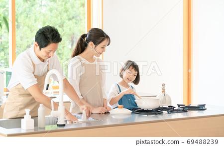 요리하는 부모 육아 이미지 69488239