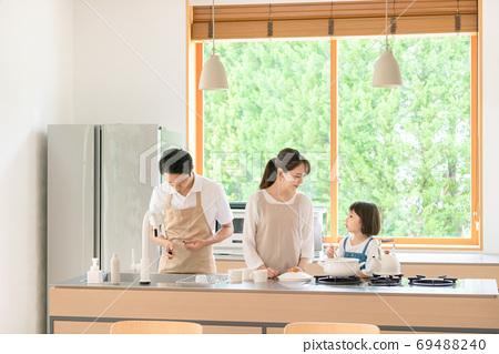 요리하는 부모 육아 이미지 69488240