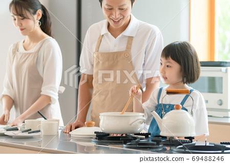 요리하는 부모 육아 이미지 69488246