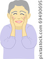 有微笑的資深婦女 69490695