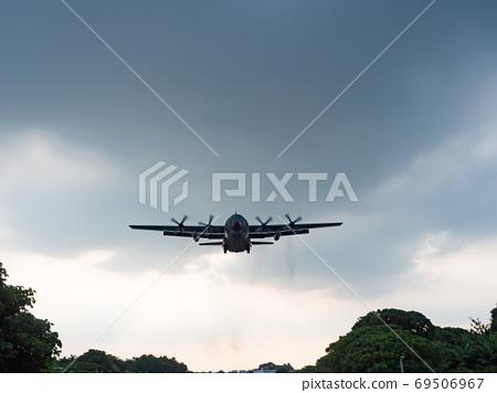 Airplane Landing in Taipei, Taiwan. 69506967