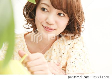 관엽 식물의 손질을하는 여성 69513726