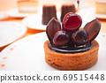 茶会上有很多甜食,例如蛋糕和蛋t 69515448