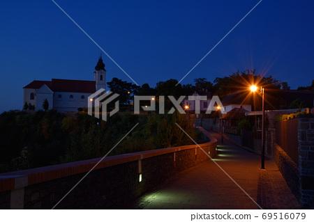 清晰的時分和分鐘的靛藍色調,路邊的修道院燈籠和浪漫氣氛。 69516079