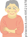 有微笑的資深婦女 69521978