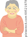 有微笑的資深婦女 69521979