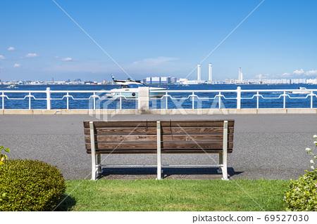 山下公園長椅和橫濱港的風景 69527030