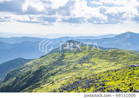 초여름의 시코쿠 카르스트와 풍력 발전소 69531000
