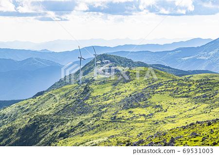 초여름의 시코쿠 카르스트와 풍력 발전소 69531003
