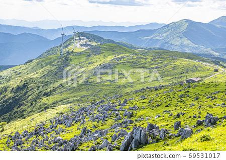 초여름의 시코쿠 카르스트와 풍력 발전소 69531017