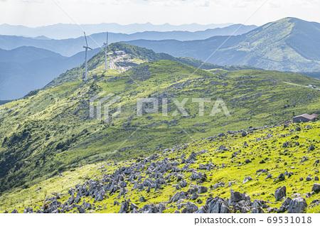 초여름의 시코쿠 카르스트와 풍력 발전소 69531018