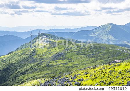초여름의 시코쿠 카르스트와 풍력 발전소 69531019