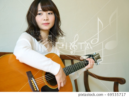 어쿠스틱 기타를 치는 여자 이미지 69535717