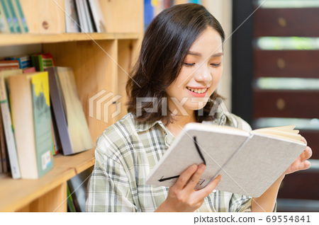 Woman in library 69554841