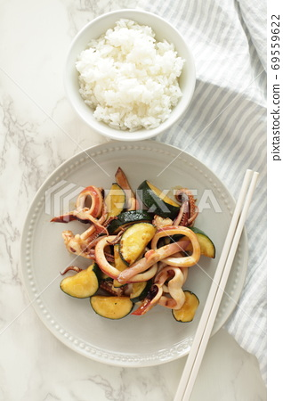 Stir-fried squid and zucchini in Chinese 69559622