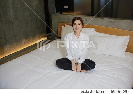女人 女性 床 69560092