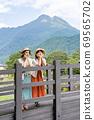 年輕女子和朋友在一次女友之旅中,在由布山的背景下看風景[9月] 69565702