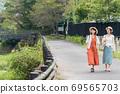 年輕女性和朋友在女孩之遊中漫步於布院[9月] 69565703