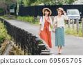年輕女性和朋友在女孩之遊中漫步於布院[9月] 69565705