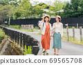 年輕女性和朋友在女孩之遊中漫步於布院[9月] 69565708