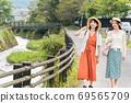 年輕女性和朋友在女孩之遊中漫步於布院[9月] 69565709
