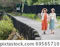 年輕女性和朋友在女孩之遊中漫步於布院[9月] 69565710
