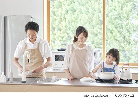 요리를하는 가족 69575712