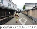 和服走過這座古城迷人的街道的日本女人的背影 69577335