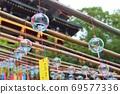 風鈴的亮在歷史悠久的神社和廟宇中在風中播放聲音 69577336
