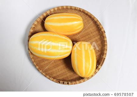 바구니에 담긴 맛있는 디저트 참외 69578507